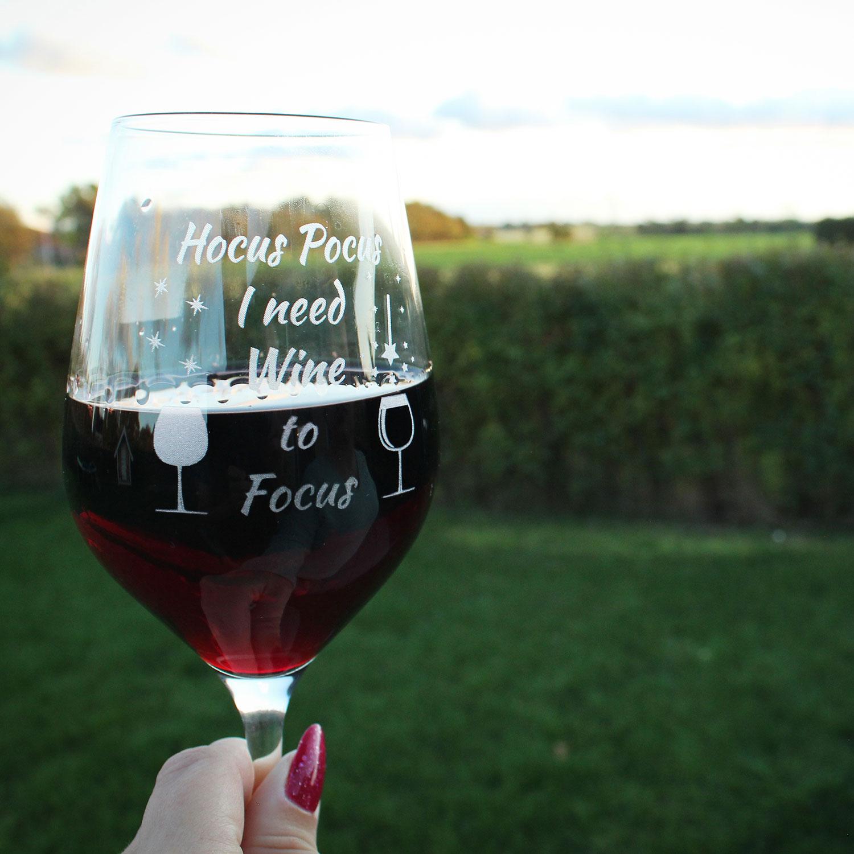 Rødvinsglas med citat - Hokus Pokus i need wine to focus